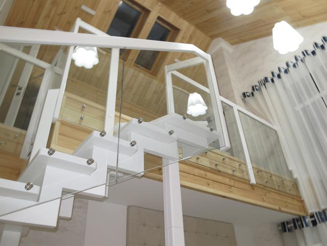 металеві сходи з скляним огородженням