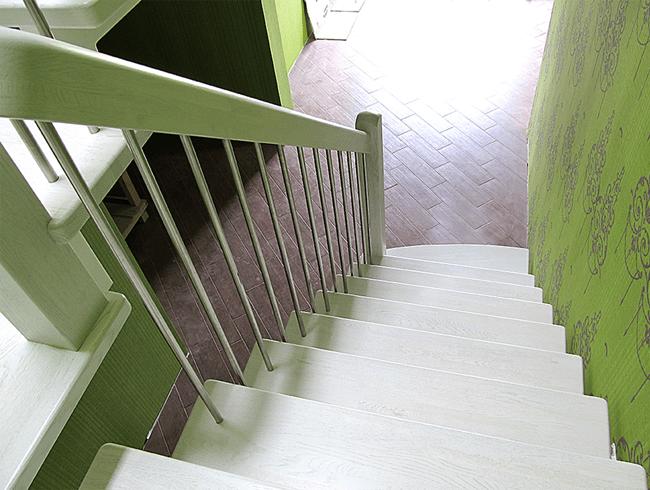 металеві сходи в будинку