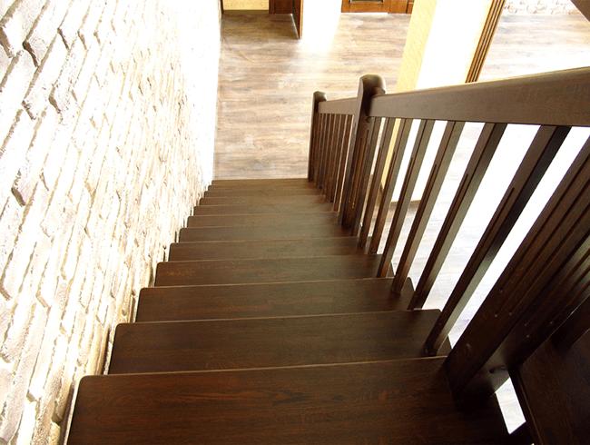 дерев'яні сходи на металокаркасі