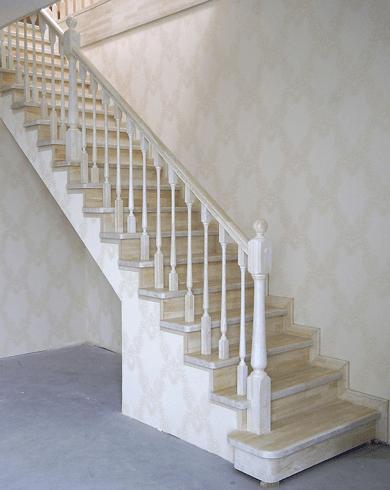 Прямая лестница на балясинах