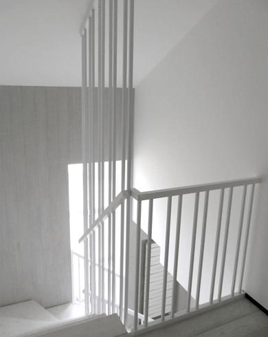 поручні білих сходів