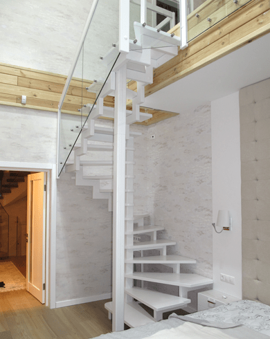 белая винтовая лестница из металла