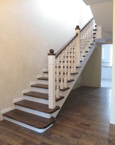 Лестница с перилом и балясинами